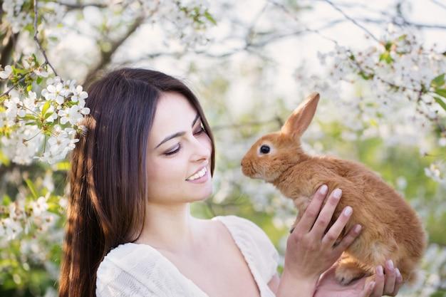 Schöne junge frauen mit kaninchen