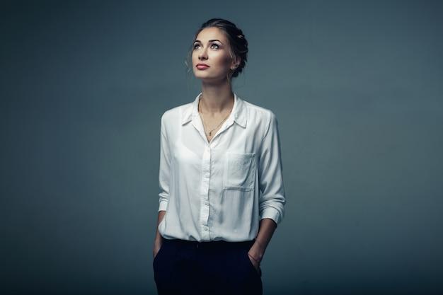Schöne junge geschäftsfrau im studio