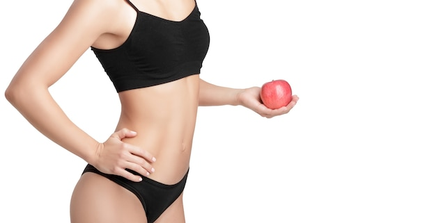Schöne junge gesunde frau mit einem roten apfel. diät und gesunde ernährung