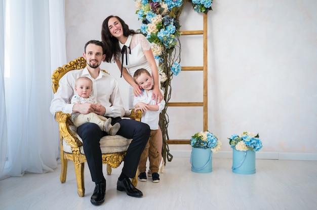 Schöne junge glückliche familie ein vater