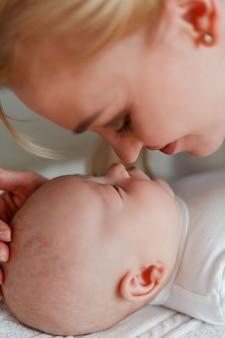 Schöne junge glückliche mutter und baby