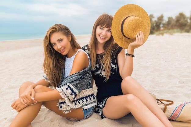 Schöne junge hipsterfrauen im urlaub am tropischen strand, stilvolles sommeroutfit