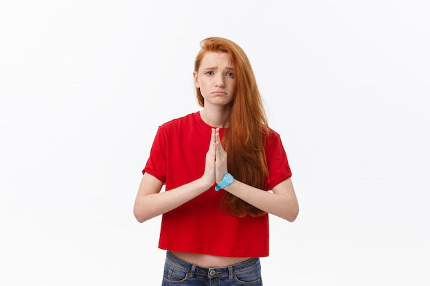 Schöne junge kaukasische frau, händchen haltend in namaste oder gebet, augen geschlossen, während yoga praktizierend.