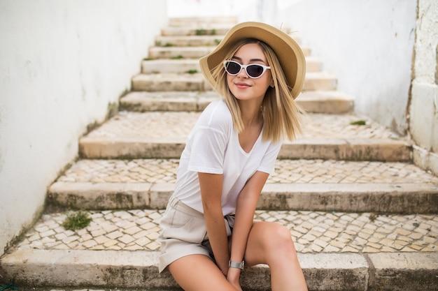 Schöne junge kaukasische frau lächelnd