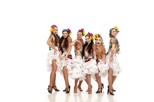 Schöne junge kaukasische frauen in karnevals- und stilvollen maskeradenkostümen