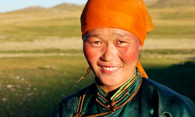 Schöne junge mongolische dame in der sonne des späten nachmittages.