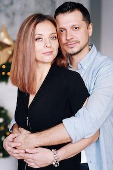 Schöne junge paare in weihnachten