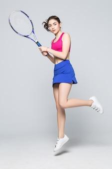 Schöne junge sportfitness-tennisspielerin machen übungen isoliert.