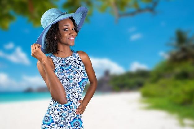 Schöne junge südafrikanische frau im blau