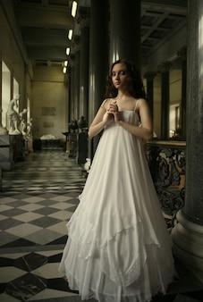 Schöne junge victoriandame im weißen kleid