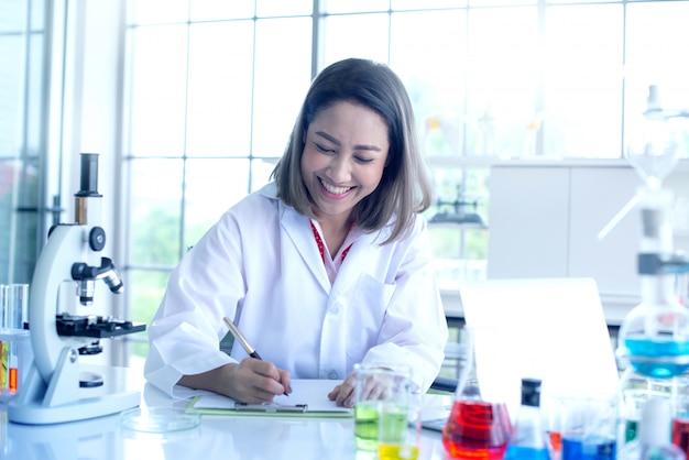 Schöne junge wissenschaftlerfunktion und fühlen sich am labor glücklich