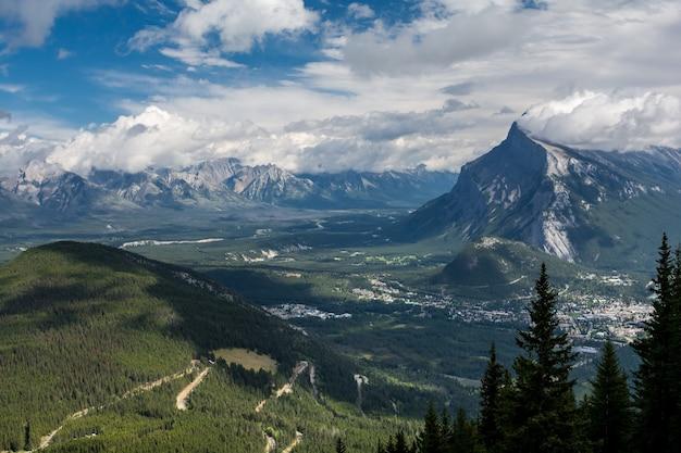 Schöne kanadische rockies. banff alberta. schöne berggipfel, blauer himmel und wolken.