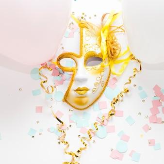 Schöne karnevalsmaske mit goldenen rahmen