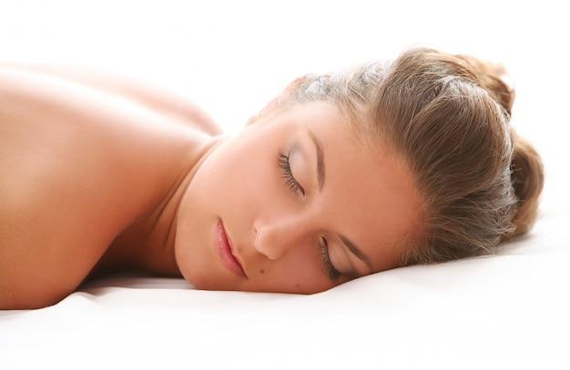 Schöne kaukasische frau genießen massage