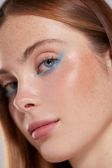 Schöne kaukasische frau mit blauem eyeliner