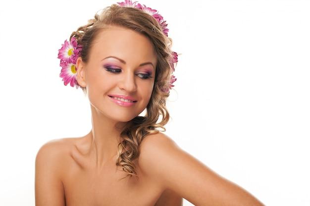 Schöne kaukasische frau mit blumen im haar