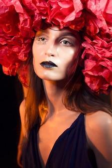 Schöne kaukasische frau mit bodacious art der kleidung und des schminkens auf der halloween-party. nahaufnahmeporträt.
