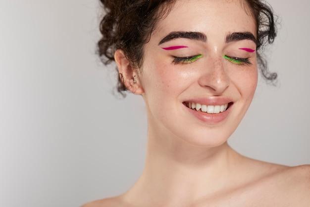 Schöne kaukasische frau mit buntem eyeliner