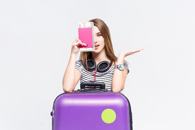 Schöne kaukasische frau mit koffer und tickets