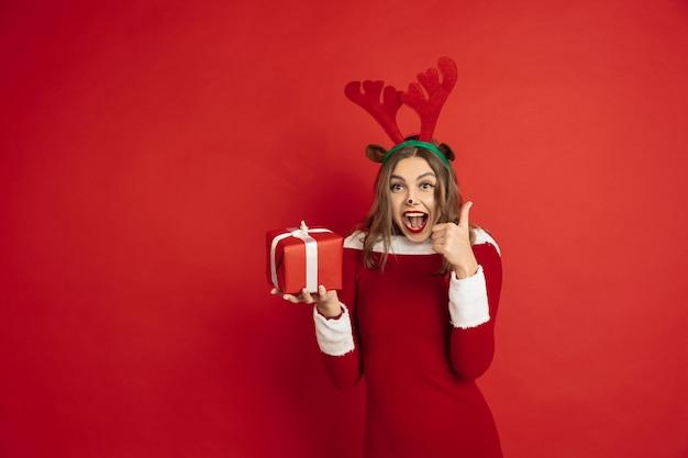 Schöne kaukasische frau mit langen haaren wie santa's reindeer