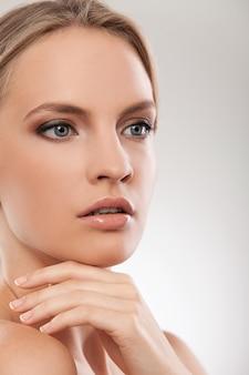 Schöne kaukasische frau mit natürlichem make-up