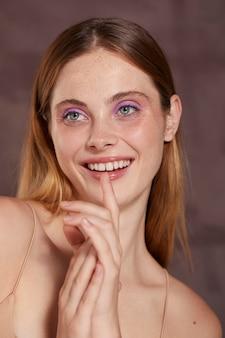 Schöne kaukasische frau mit rosa eyeliner