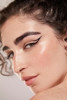 Schöne kaukasische frau mit schwarzem eyeliner