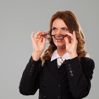 Schöne kaukasische geschäftsfrau in den gläsern