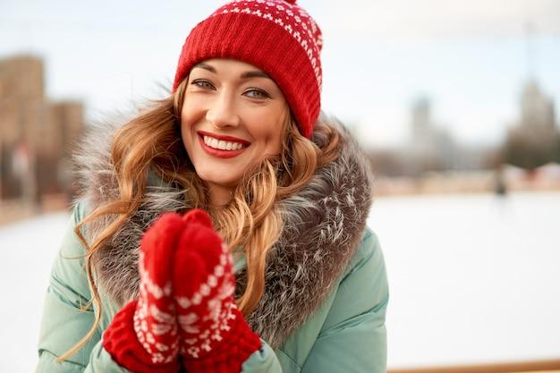 Schöne kaukasische glückliche frau winterurlaub