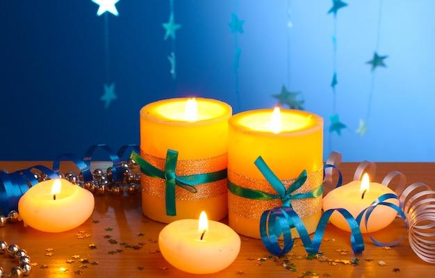 Schöne kerzen, geschenke und dekoration auf holztisch