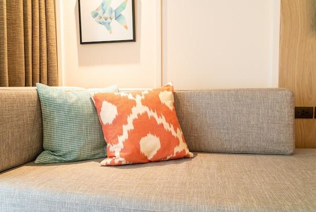 Schöne kissendekoration auf dem sofa im wohnzimmer