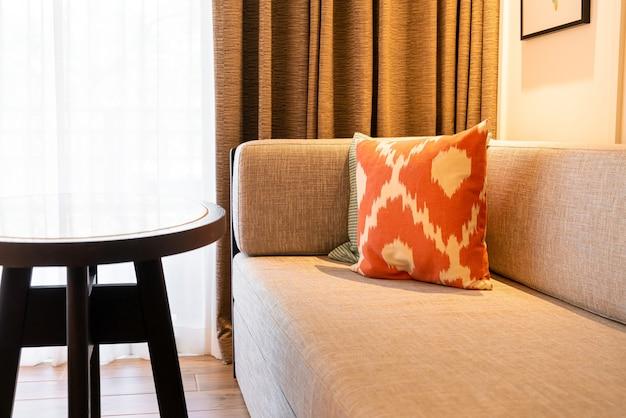 Schöne kissendekoration auf sofa im wohnzimmer