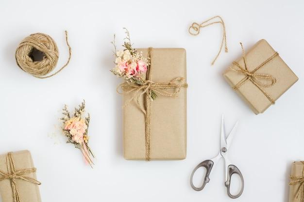 Schöne kleine handgemachte diy geschenkbox (paket)