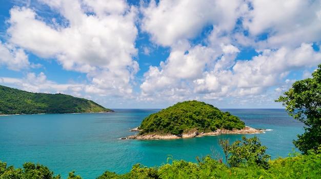 Schöne kleine insel in der schönen landschaftsnaturansicht tropischen andamanensees