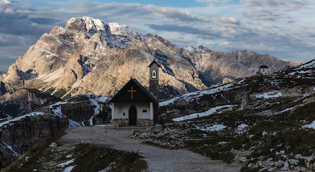 Schöne kleine kirche in den schneebedeckten italienischen alpen im winter