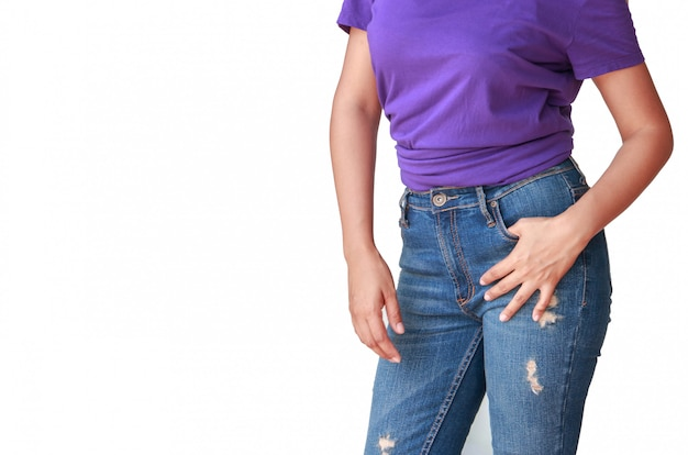 Schöne körperfrau mit purpurrotem t-shirt