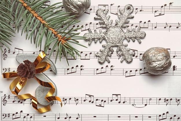Schöne komposition mit dekorationen auf notenblatt. konzept für weihnachtslieder