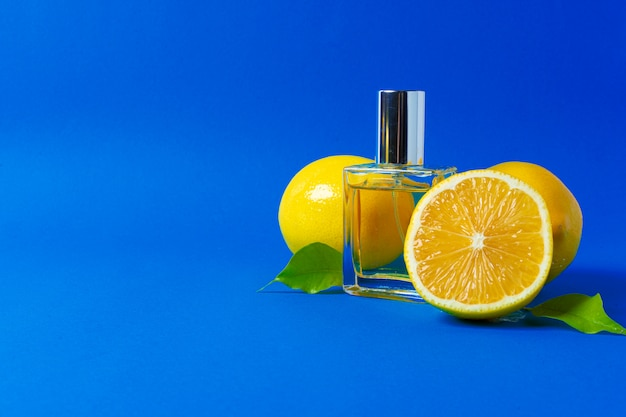 Schöne komposition mit einer flasche parfüm und zitrusfrüchten