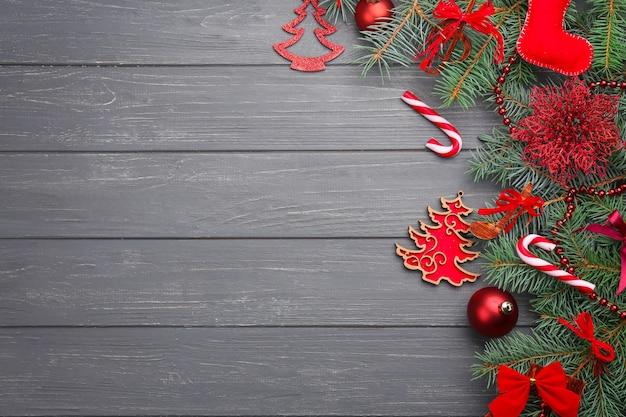 Schöne komposition mit tannenzweigen und dekorationen auf holztisch. weihnachtsmusikkonzept