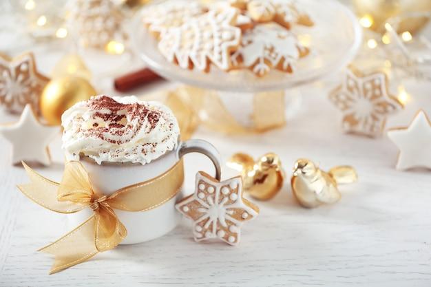 Schöne komposition mit tasse cappuccino und weihnachtsplätzchen