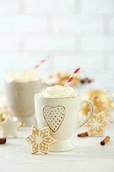 Schöne komposition mit tassen cappuccino und weihnachtsplätzchen