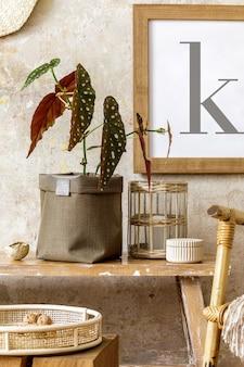 Schöne komposition zu hause mit holzbank, rattandekoration, möbeln, pflanzen in neutralem topf und persönlichen accessoires in stilvoller wohnkultur.