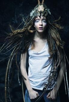 Schöne kreative modefrau, dunkler stil