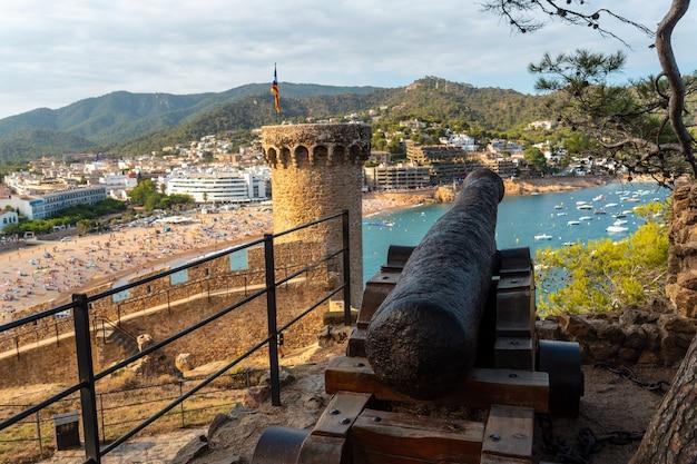 Schöne kriegskanone in der burg von tossa de mar im sommer, girona an der costa brava von katalonien im mittelmeer