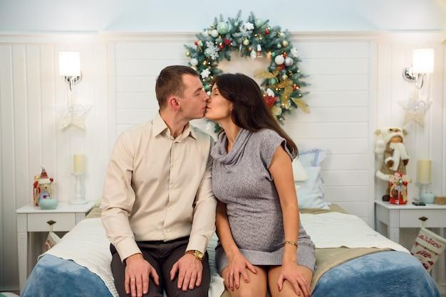 Schöne küssende schwangere paare in der liebe
