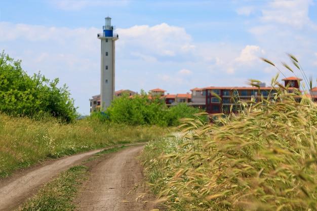 Schöne küstenlandschaft mit einem leuchtturm und gebäuden