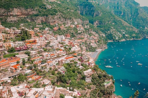 Schöne küstenstädte italiens - malerische positano in amalfiküste