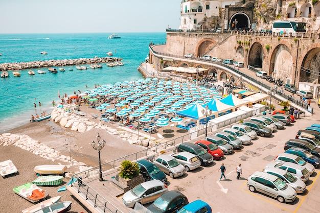 Schöne küstenstädte italiens - malerisches amalfi-dorf an der amalfiküste