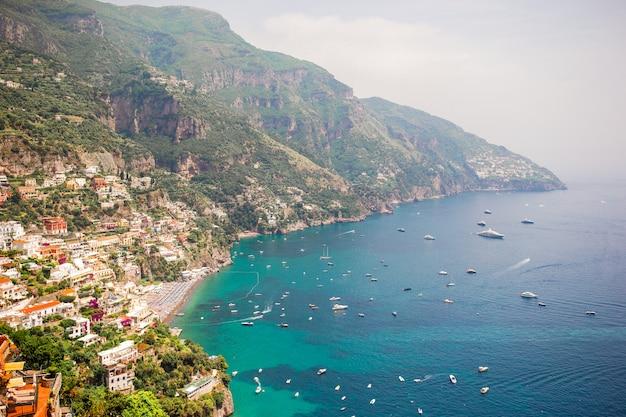 Schöne küstenstädte von italien - szenisches positano in amalfi-küste