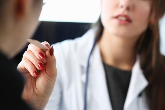 Schöne lächelnde ärztin sprechen mit patient